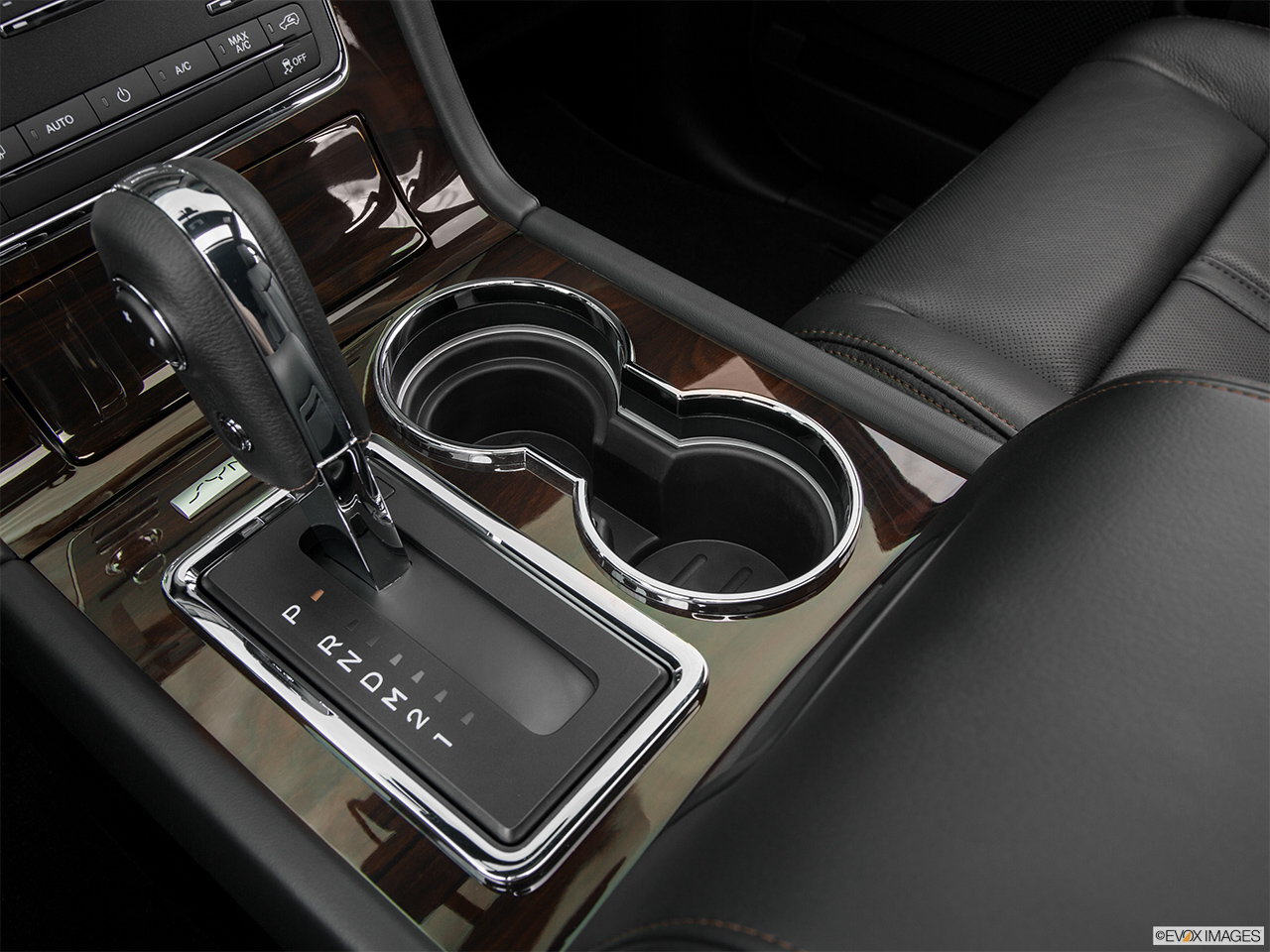 2016 Lincoln Navigator Reserve Cup holders.
