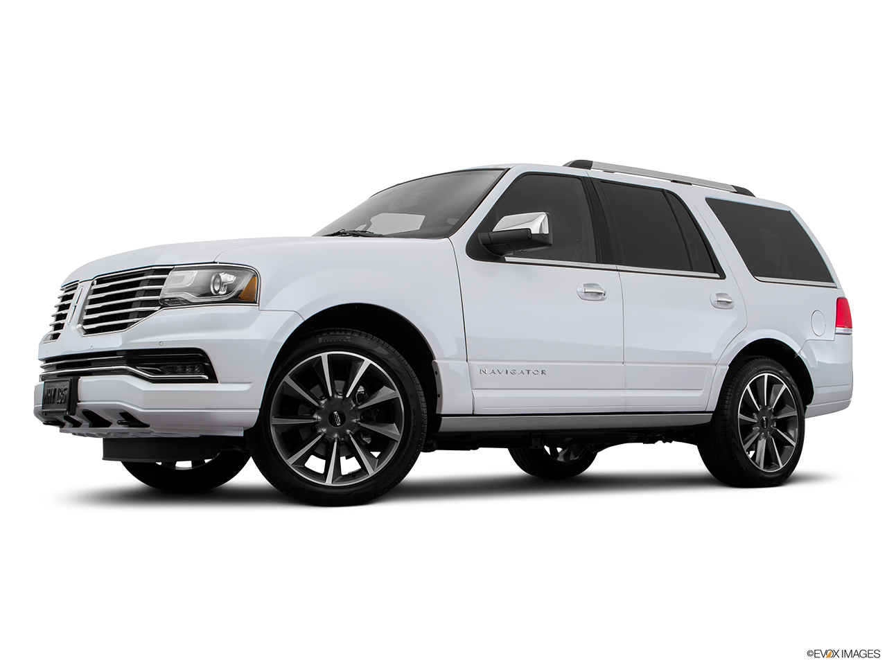2016 Lincoln Navigator Reserve Low/wide front 5/8.