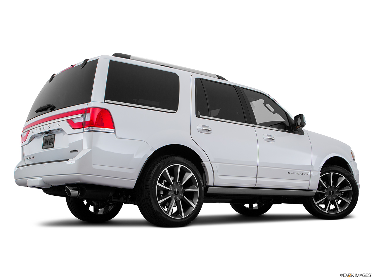 2016 Lincoln Navigator Reserve Low/wide rear 5/8.