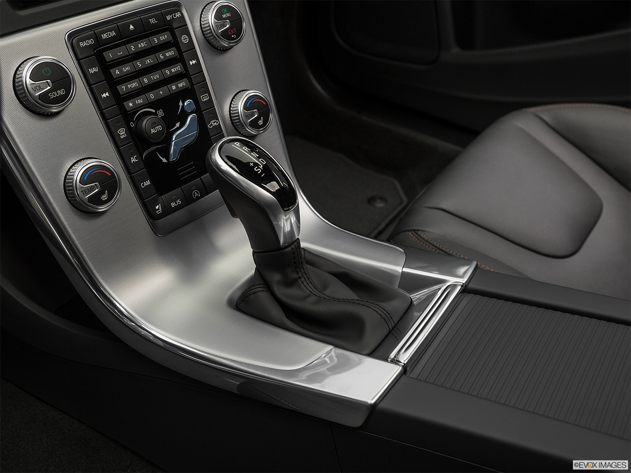 2018 Volvo V60 Cross Country T5 AWD Gear shifter/center console.