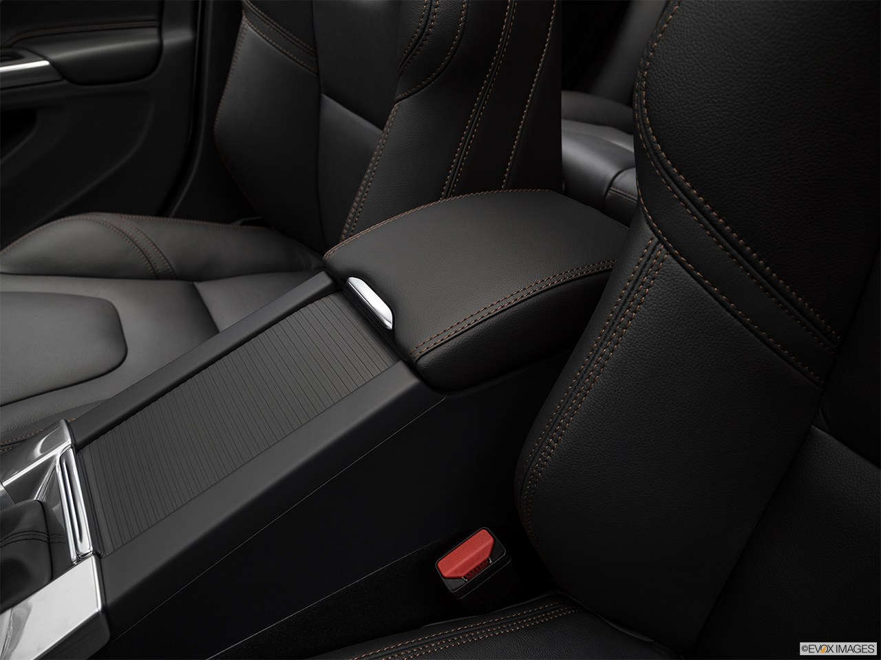 2018 Volvo V60 Cross Country T5 AWD Front center console with closed lid, from driver's side looking down