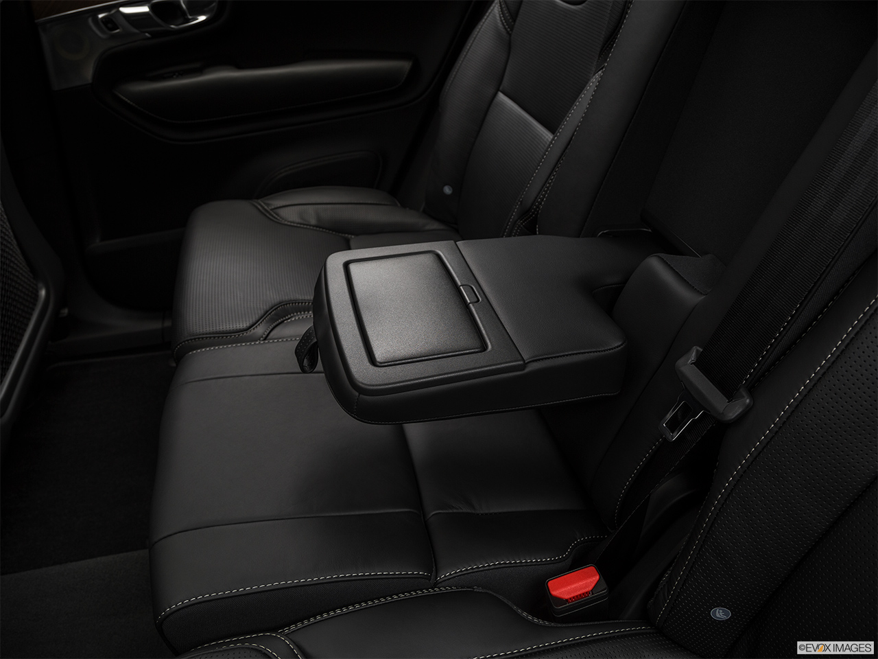 2019 Volvo XC90  T6 Inscription Rear center console with closed lid from driver's side looking down.
