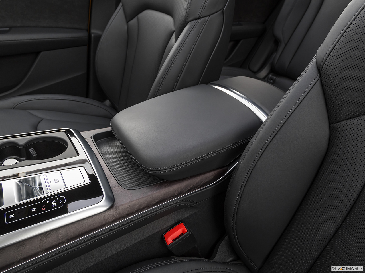 2019 Audi Q8 Prestige 3.0 TFSI Front center console with closed lid, from driver's side looking down