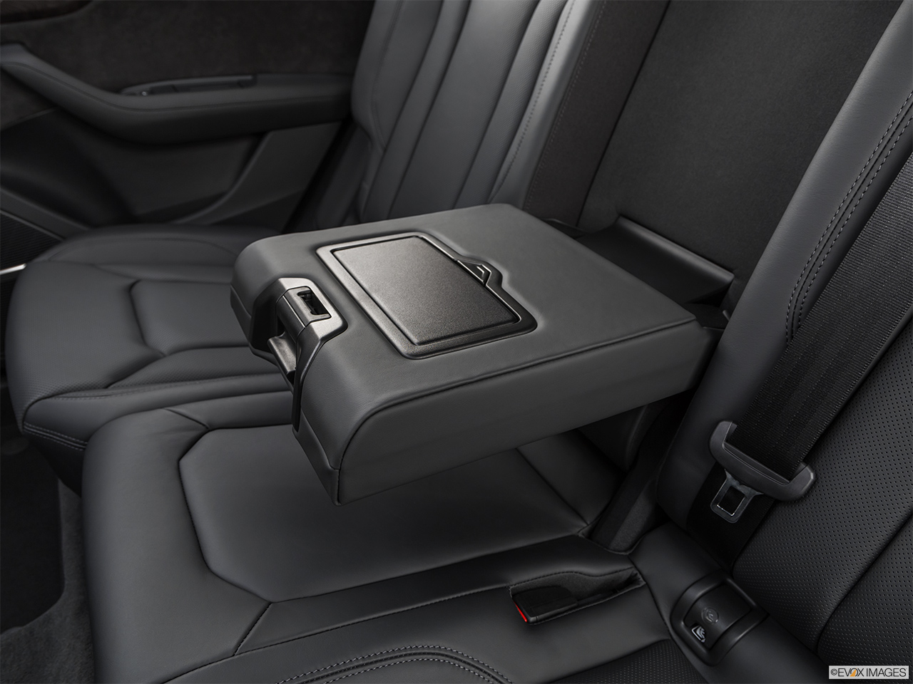 2019 Audi Q8 Prestige 3.0 TFSI Rear center console with closed lid from driver's side looking down.