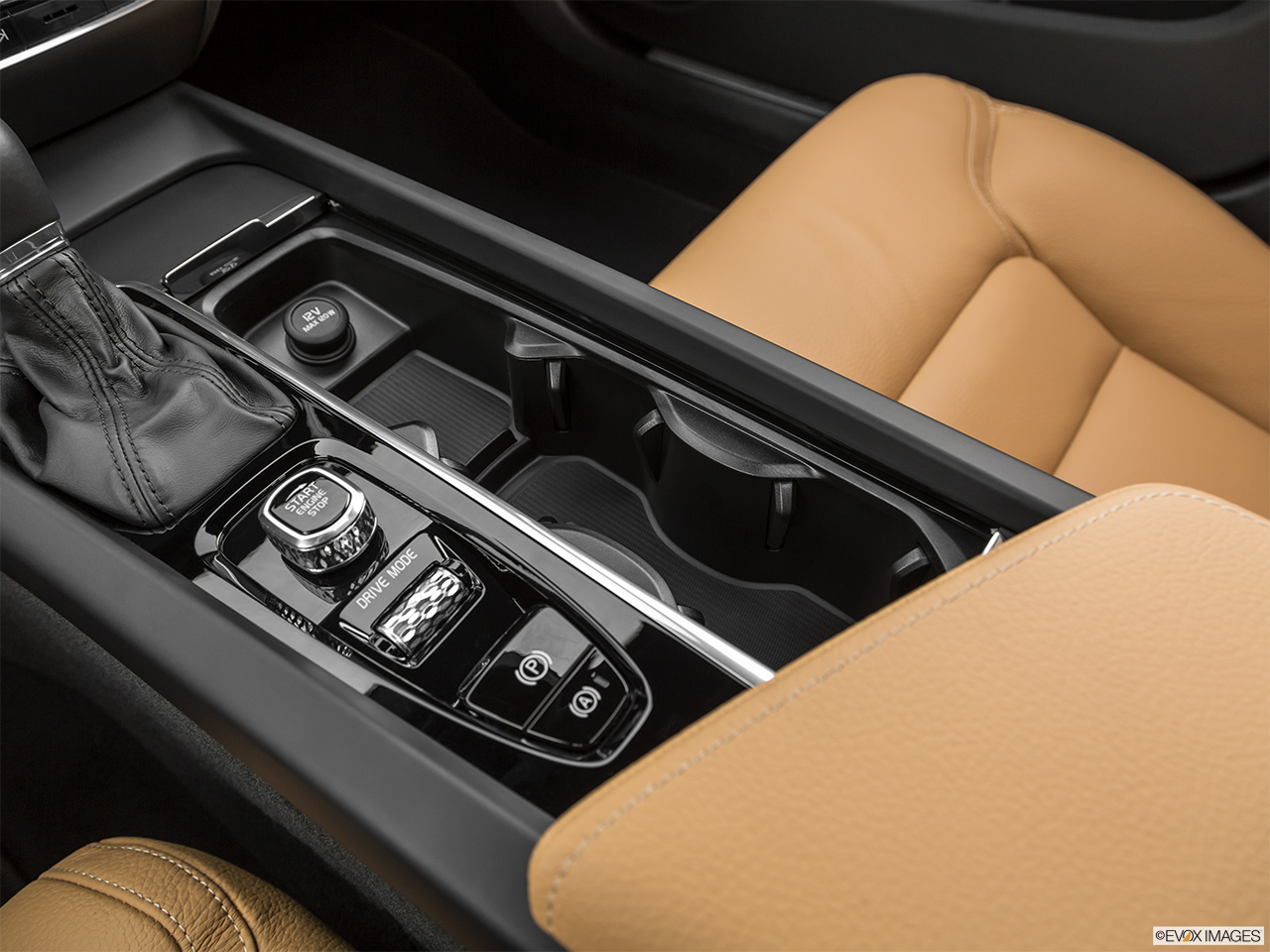 2020 Volvo V60 Cross Country T5 AWD Cup holders.