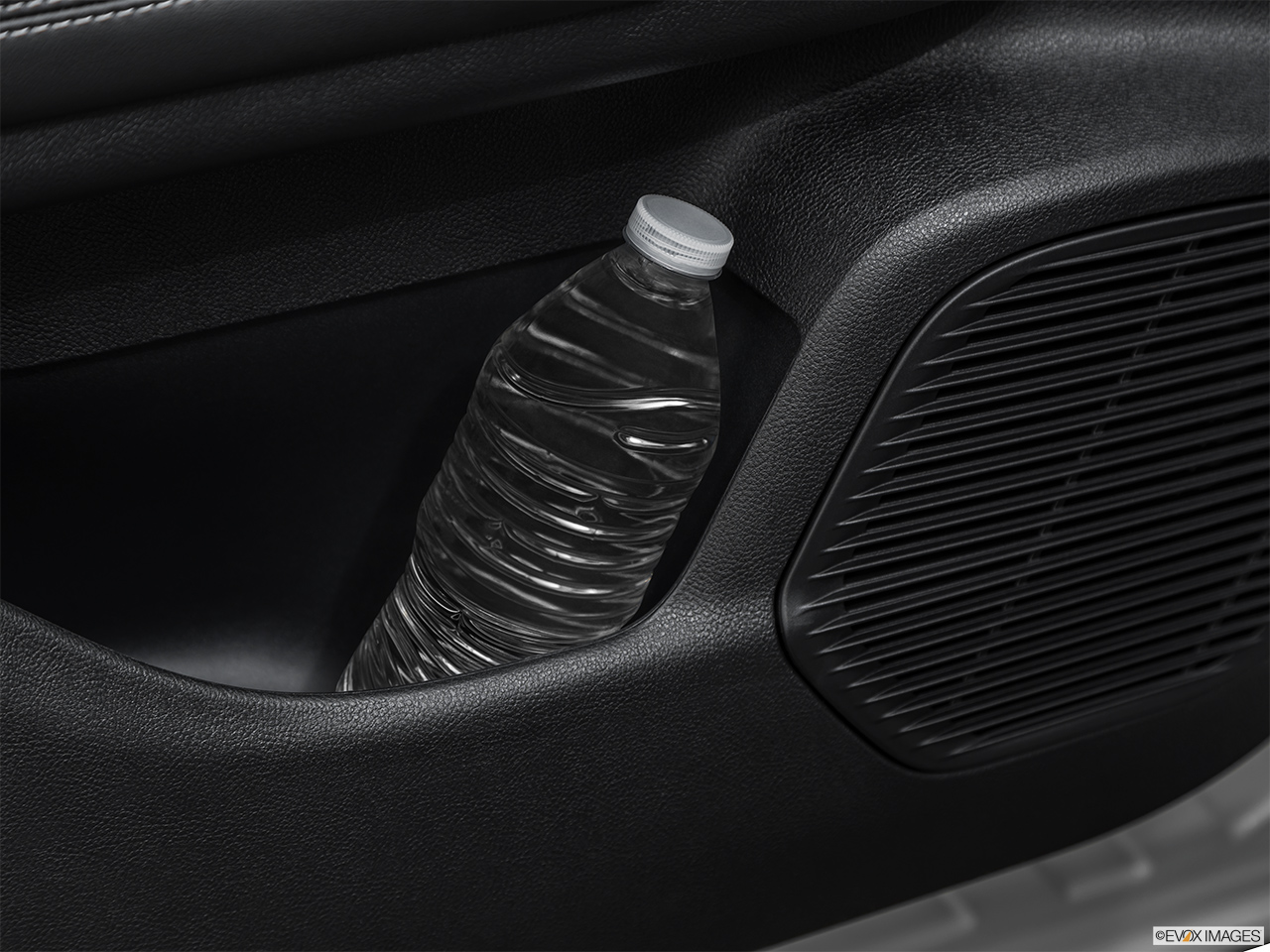 2020 Lincoln Corsair Standard Cup holder prop (tertiary).