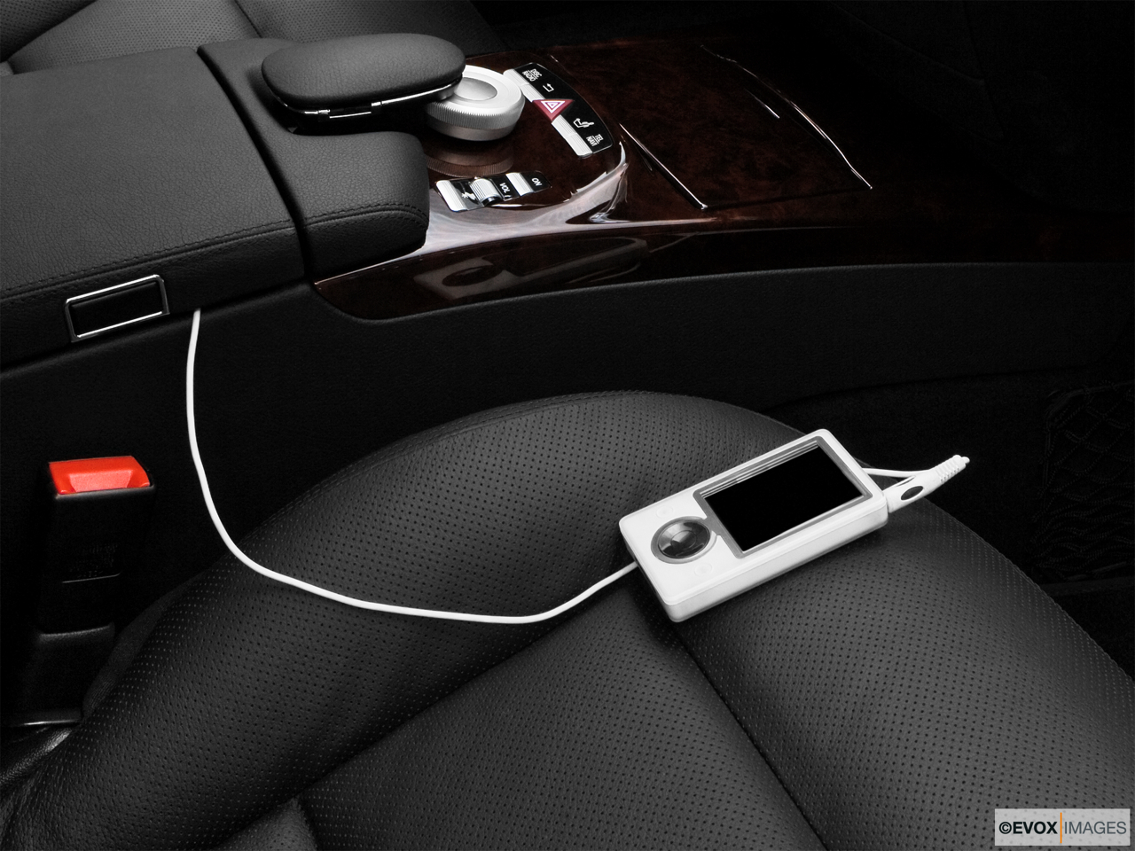 2010 Mercedes-Benz S-Class Hybrid S400 Zune and auxiliary jack