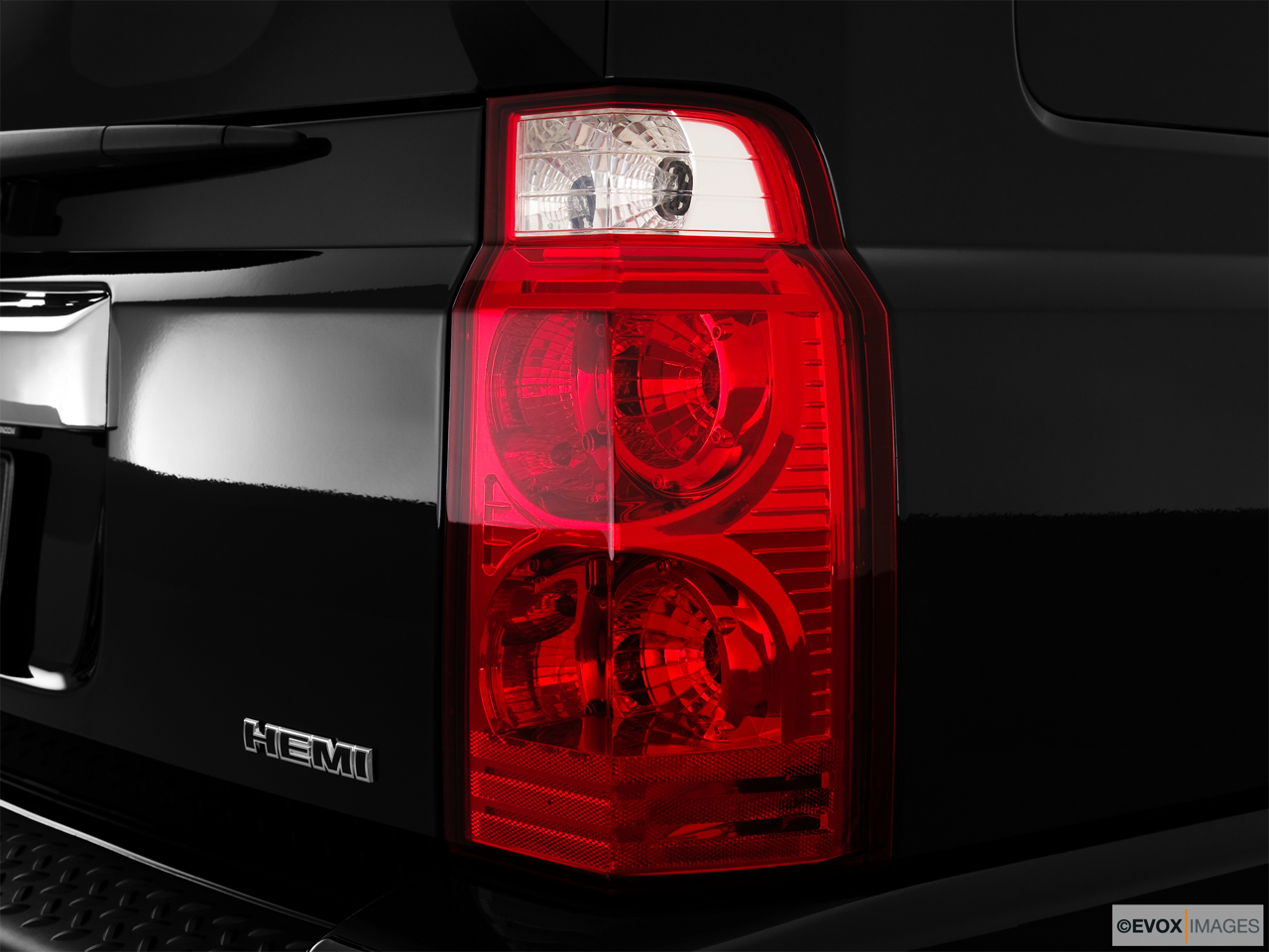 2010 Jeep Commander Limited Passenger Side Taillight.