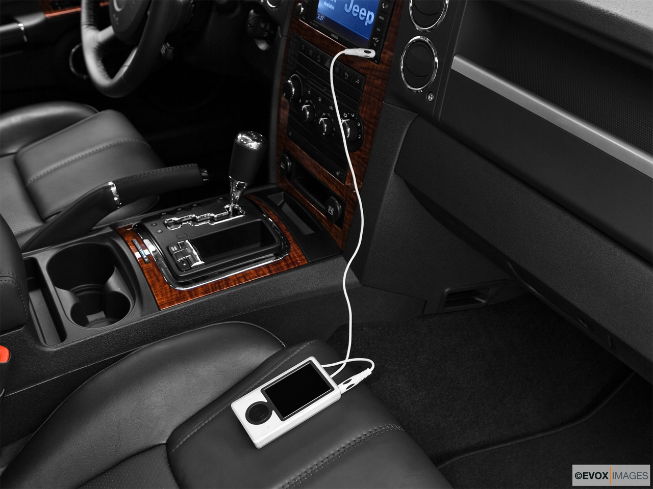 2010 Jeep Commander Limited Zune and auxiliary jack