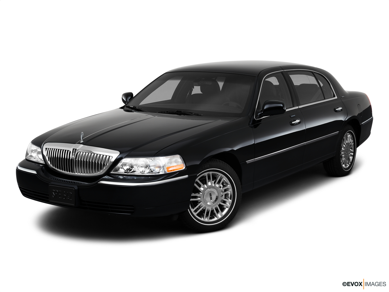 2010 Lincoln Town Car Signature L Front angle view.