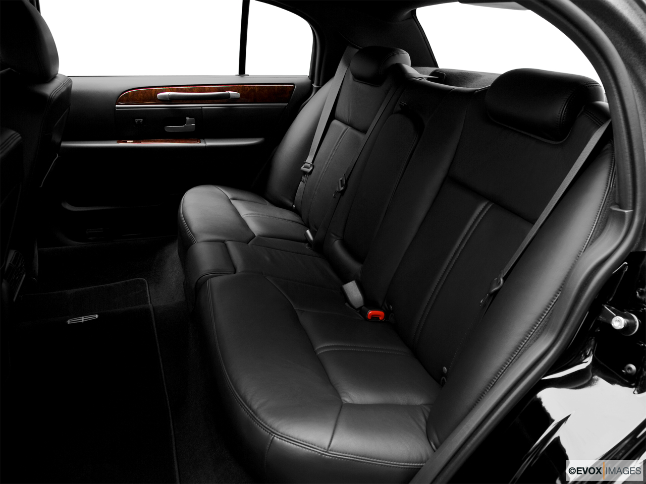 2010 Lincoln Town Car Signature L Rear seats from Drivers Side.
