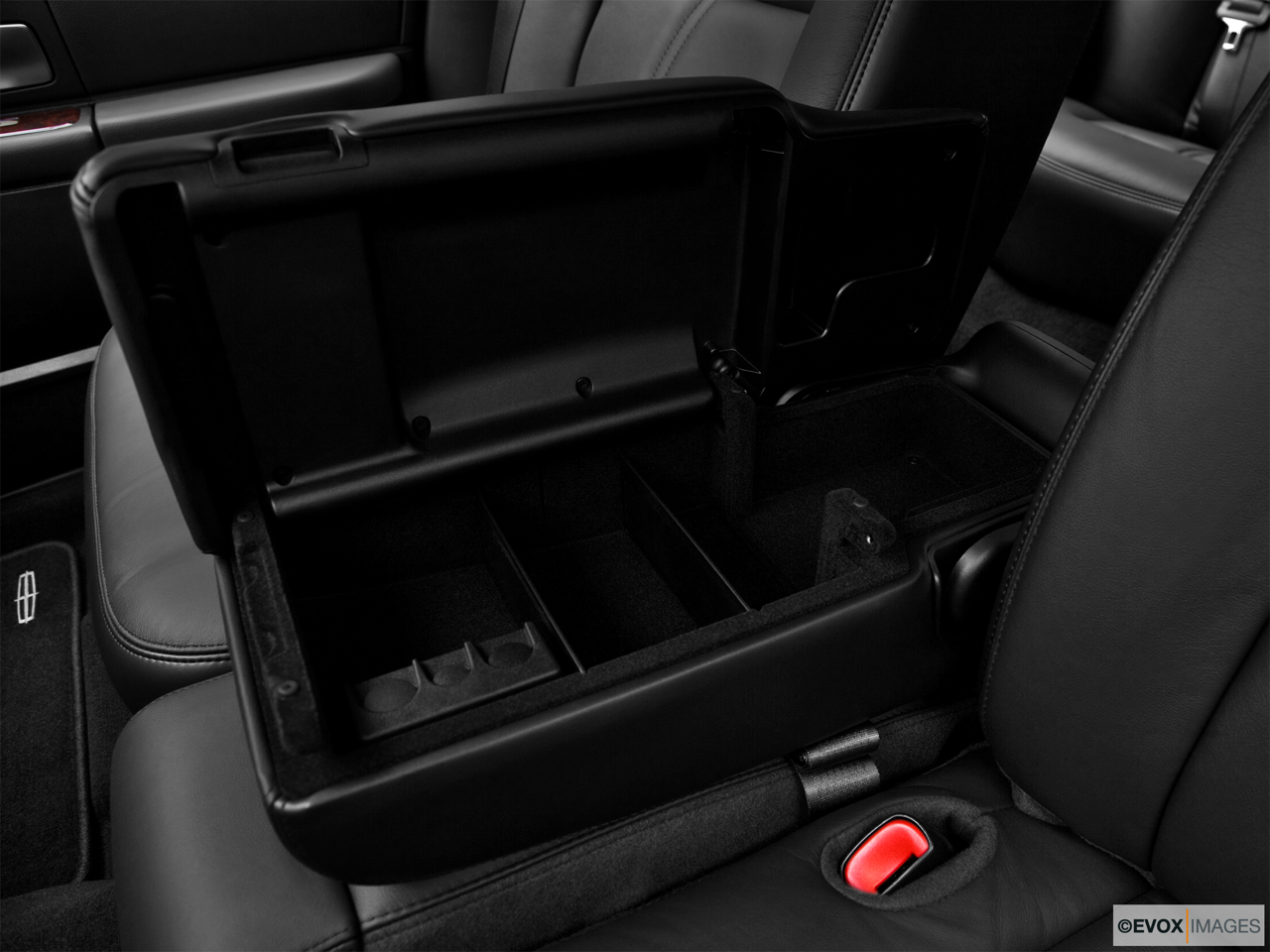 2010 Lincoln Town Car Signature L Front center divider.