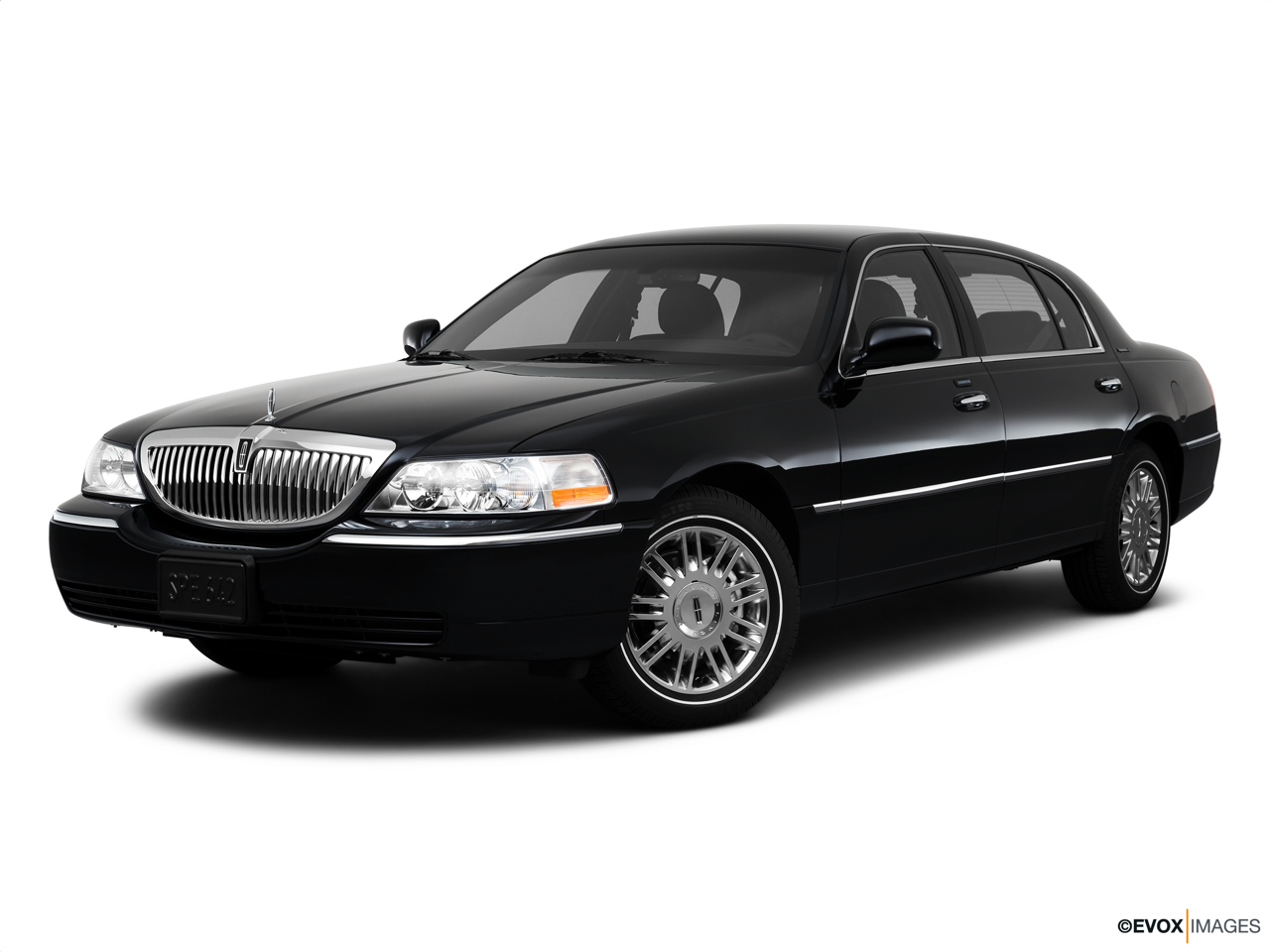 2010 Lincoln Town Car Signature L Front angle medium view.