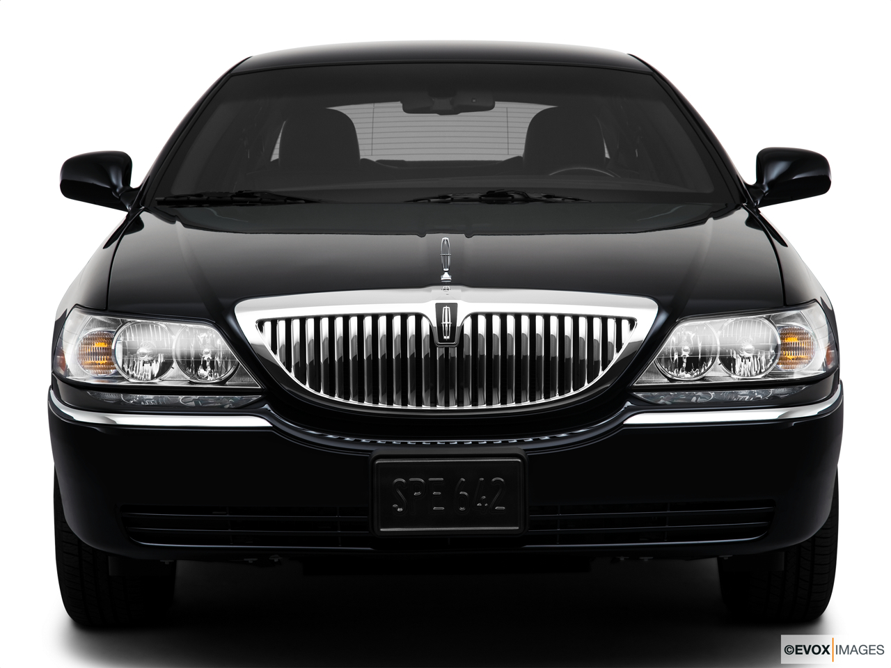 2010 Lincoln Town Car Signature L Low/wide front.