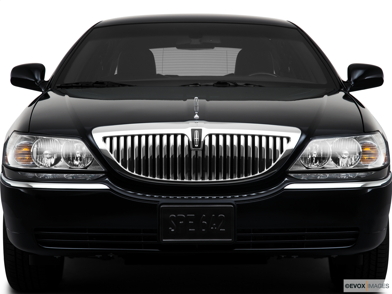 2010 Lincoln Town Car Signature L Close up of Grill.