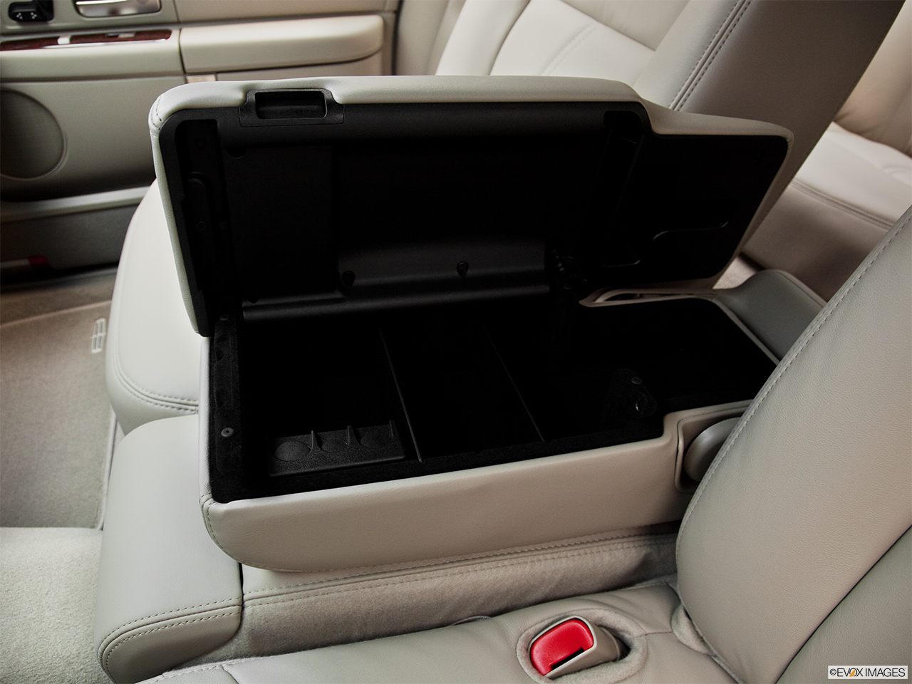 2011 Lincoln Town Car Signature Limited Front center divider.