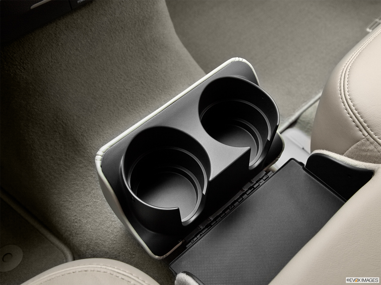 2011 Lincoln Town Car Signature Limited Cup holders.