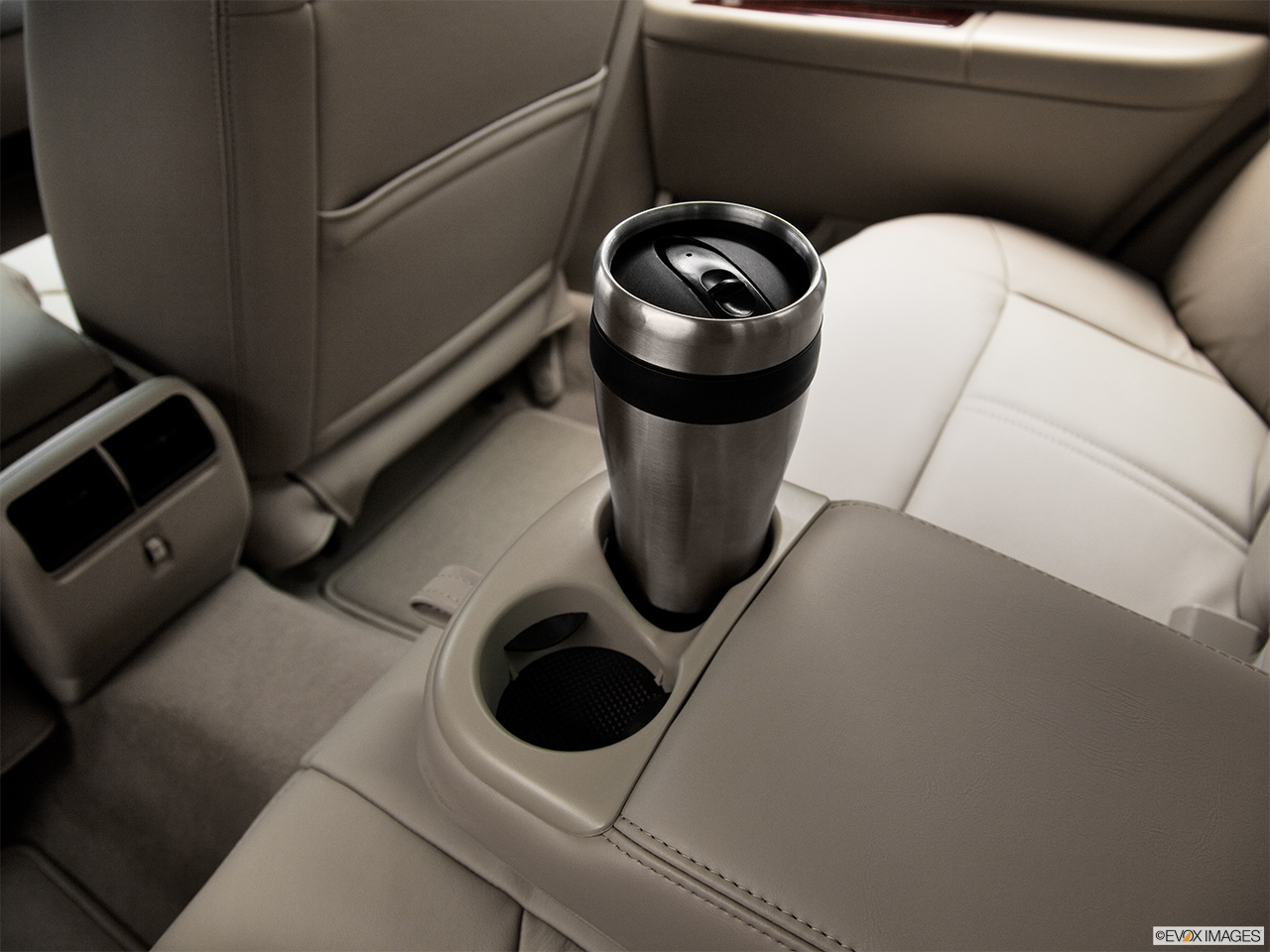 2011 Lincoln Town Car Signature Limited Cup holder prop (quaternary).