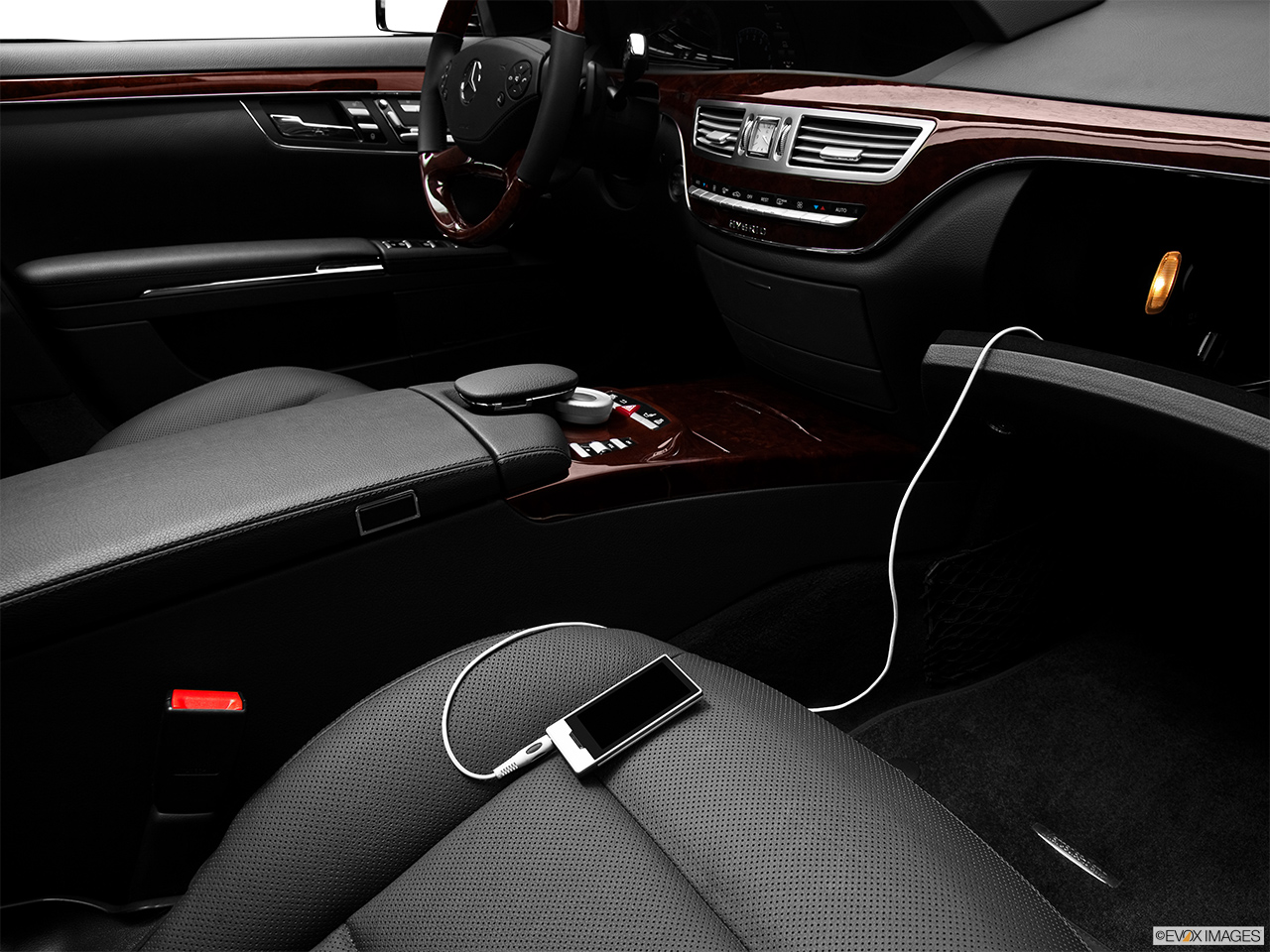 2012 Mercedes-Benz S-Class Hybrid S400 Zune and auxiliary jack
