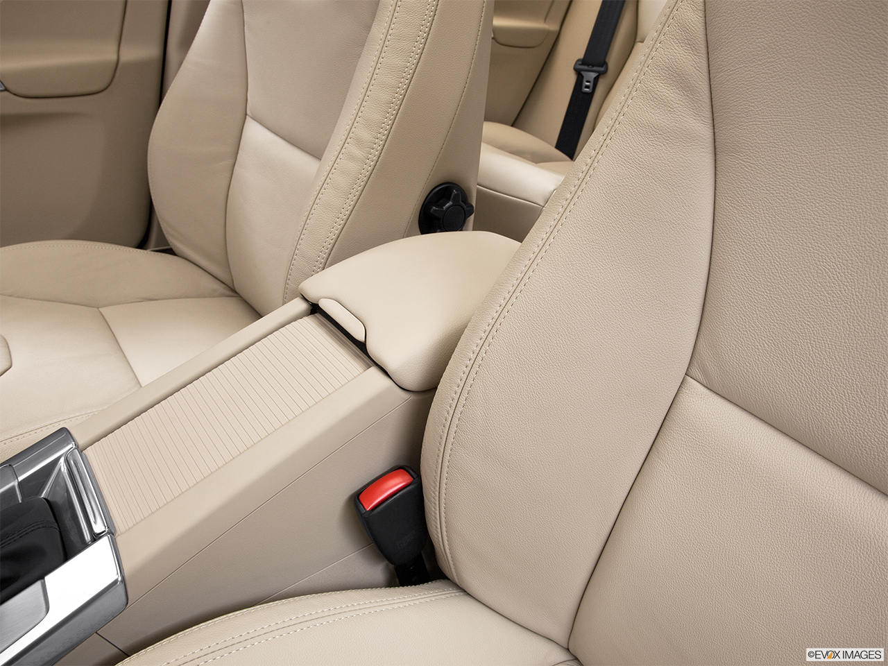 2013 Volvo XC60 3.2 FWD Premier Plus Front center console with closed lid, from driver's side looking down