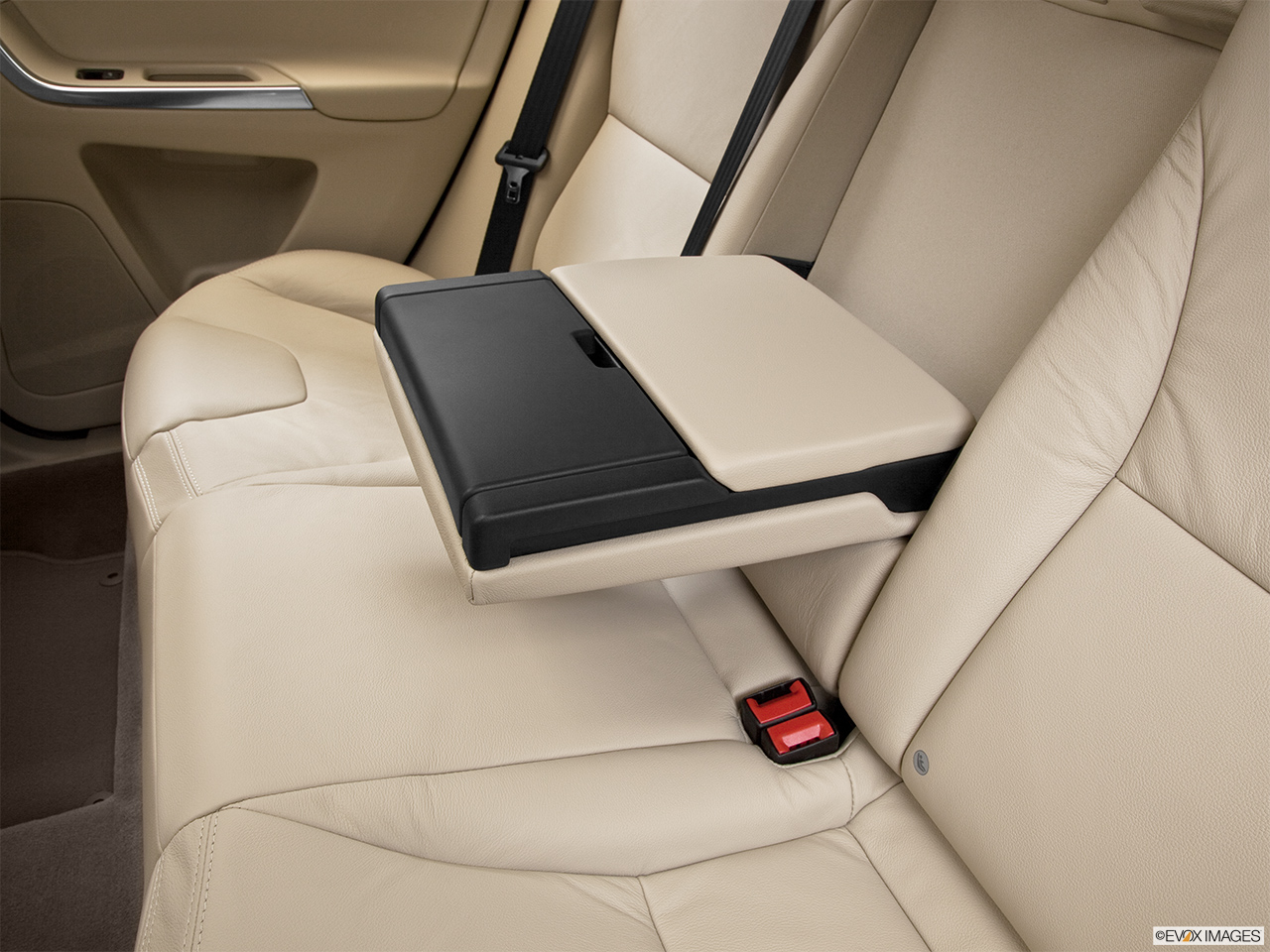 2013 Volvo XC60 3.2 FWD Premier Plus Rear center console with closed lid from driver's side looking down.