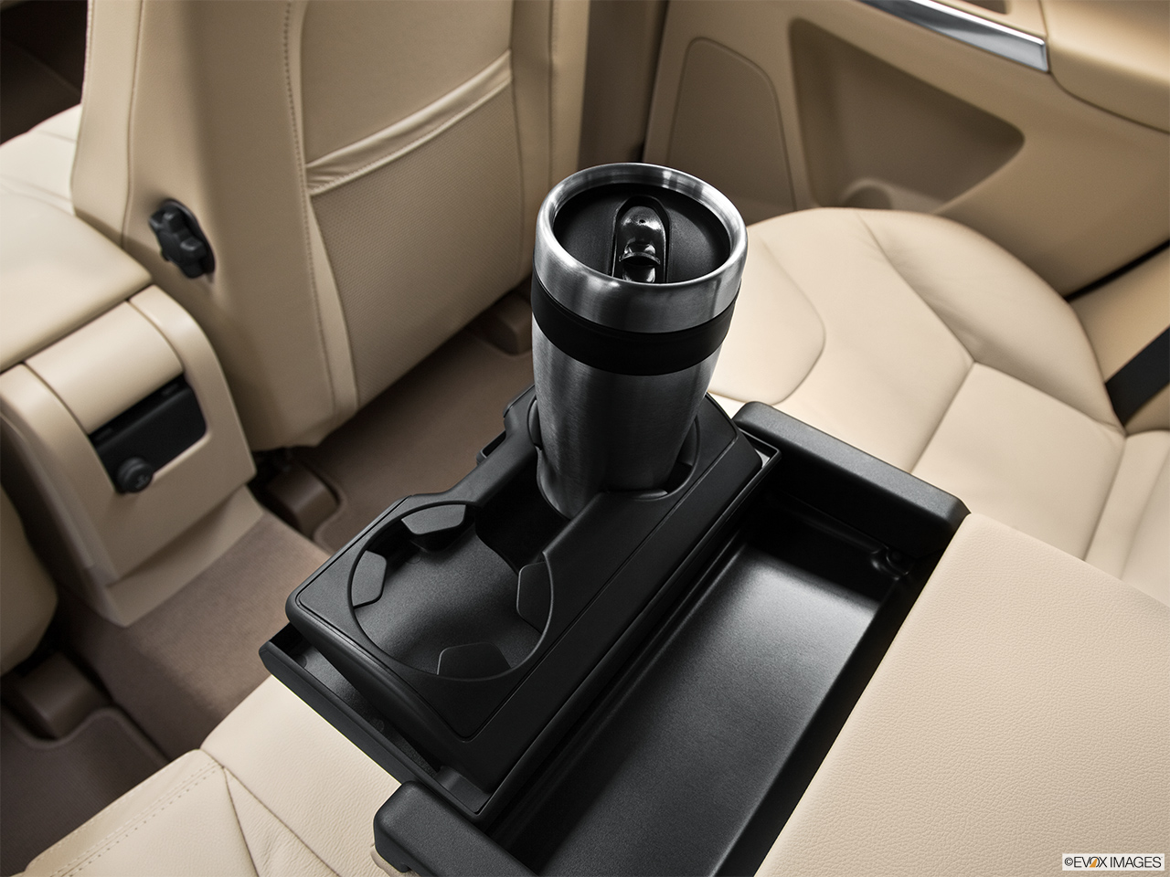 2013 Volvo XC60 3.2 FWD Premier Plus Third Row center cup holder with coffee prop.