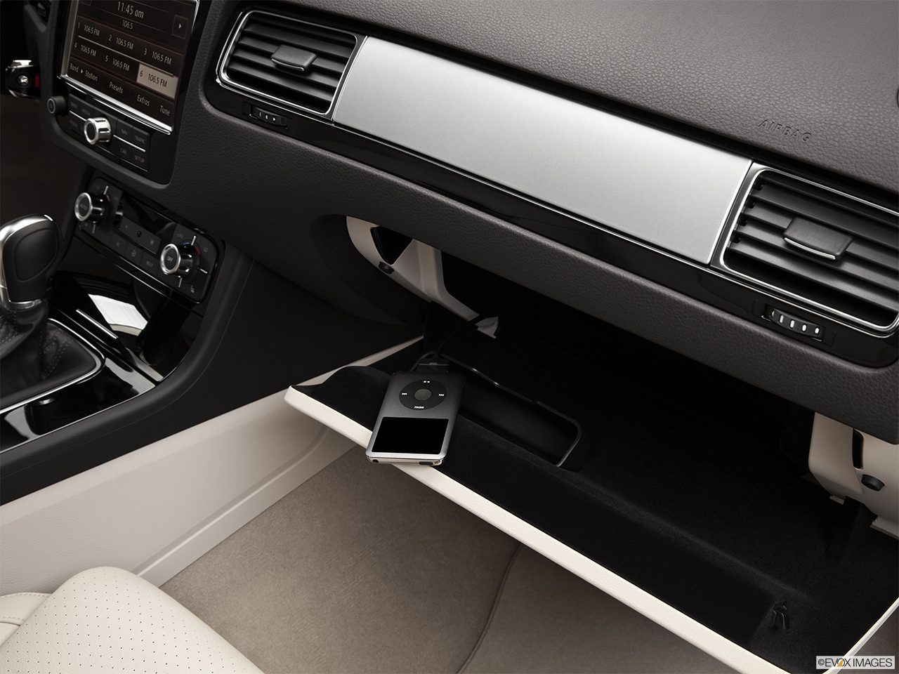 2014 Volkswagen Touareg 2 V6 Sport Auxiliary jack props.