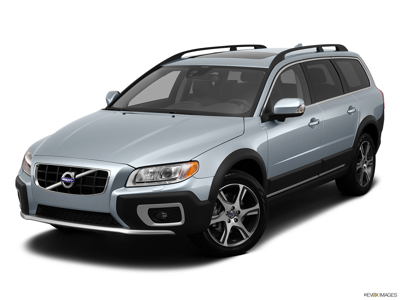 2013 Volvo XC70 T6 AWD Platinum Front angle view.