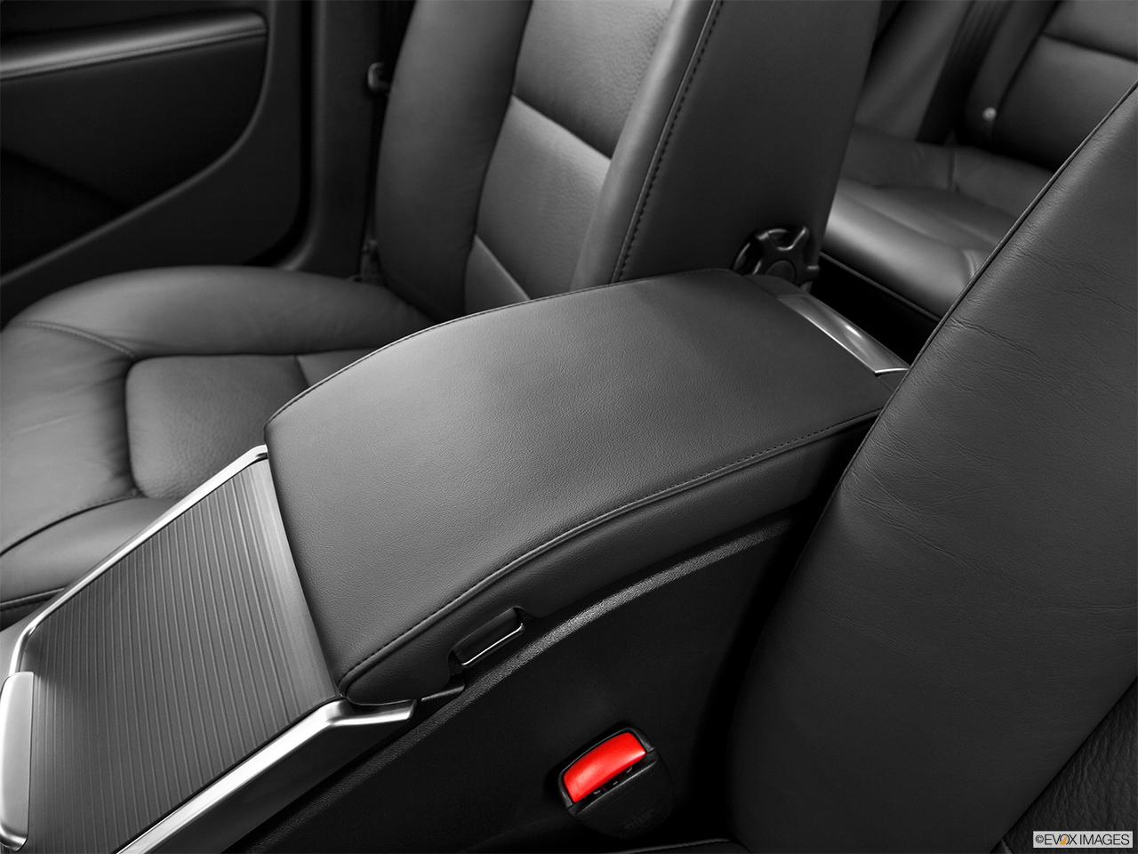 2013 Volvo S80 3.2 Platinum Front center console with closed lid, from driver's side looking down