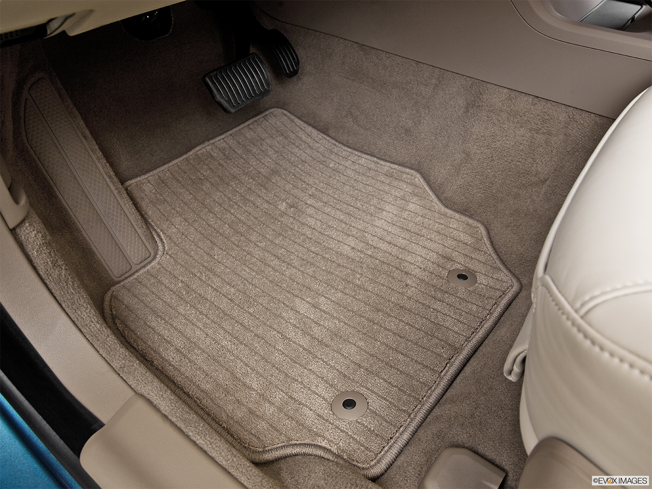 2014 Volvo S80 T6 AWD Platinum Driver's floor mat and pedals. Mid-seat level from outside looking in.