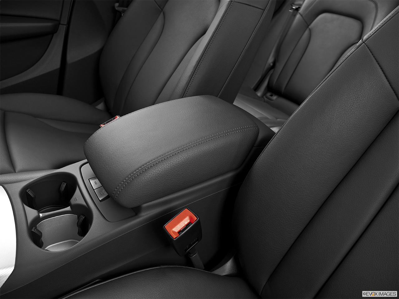 2014 Audi Q5 Hybrid 2.0 TFSI Prestige Front center console with closed lid, from driver's side looking down