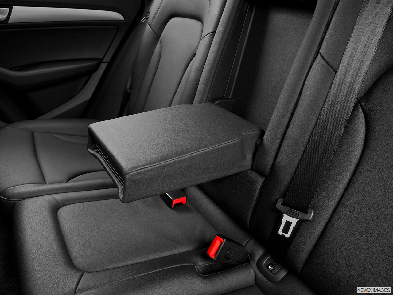 2014 Audi Q5 Hybrid 2.0 TFSI Prestige Rear center console with closed lid from driver's side looking down.