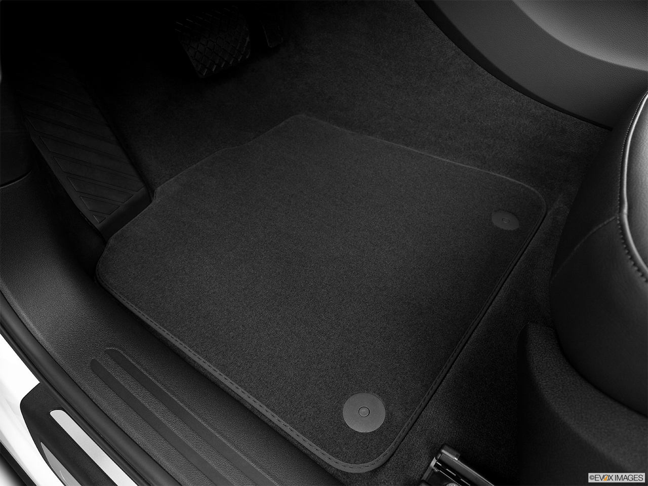 2014 Audi Q5 Hybrid 2.0 TFSI Prestige Driver's floor mat and pedals. Mid-seat level from outside looking in.