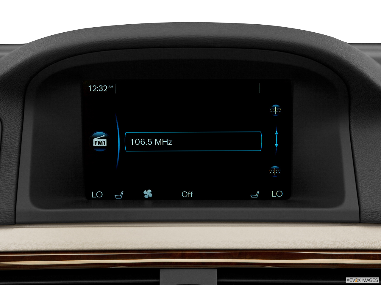 2014 Volvo XC70 3.2 AWD Premier Plus Closeup of radio head unit