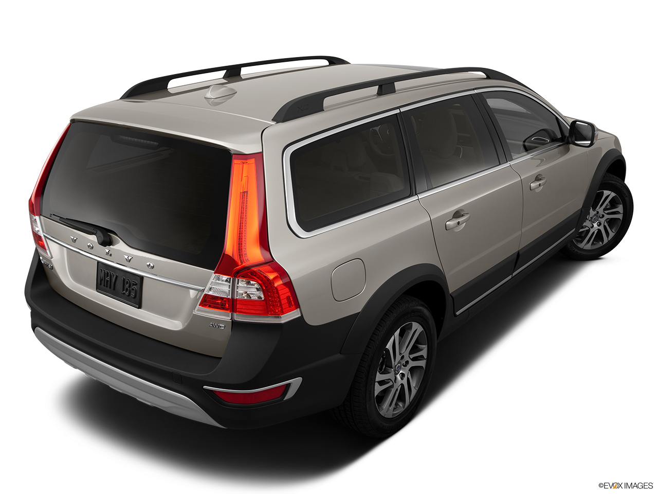 2014 Volvo XC70 3.2 AWD Premier Plus Rear 3/4 angle view.